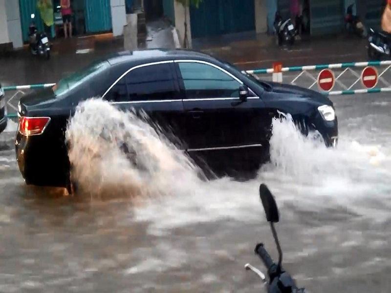 Những điều cấm kỵ khi lái xe đường ngập nước - tài xế Việt cần nhớ